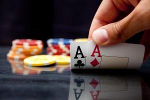 Un joueur de poker montre sa paire d'as