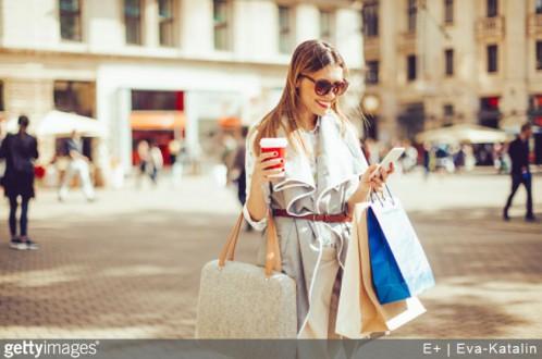 ecommerce-mode-achat-en-ligne-reseaux-sociaux-web-femme-telephone-sacs-shopping-tendancs