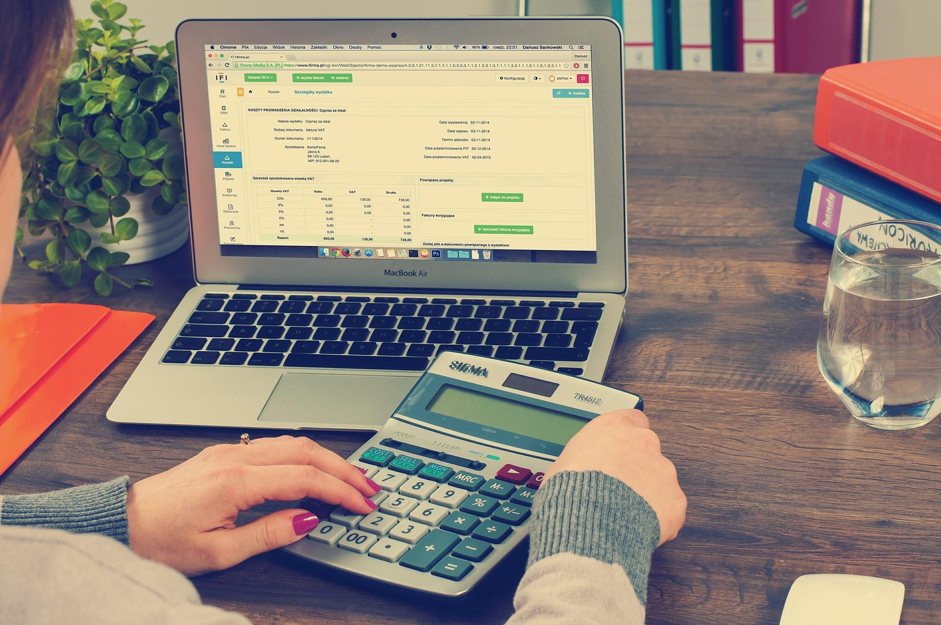 Faire sa comptabilité avec un ordinateure et une calculette
