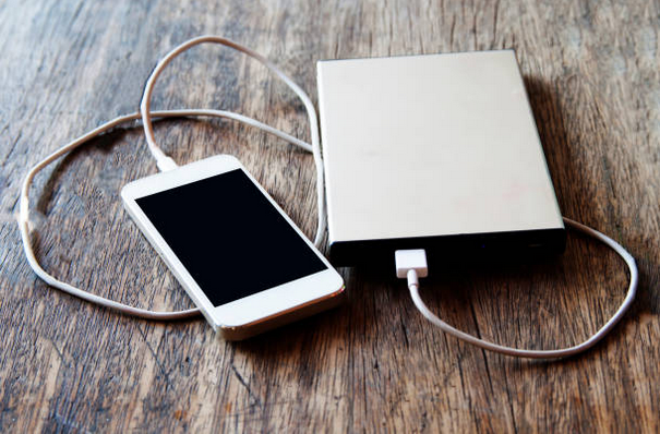 Smartphone qui charge avec une batterie de secours