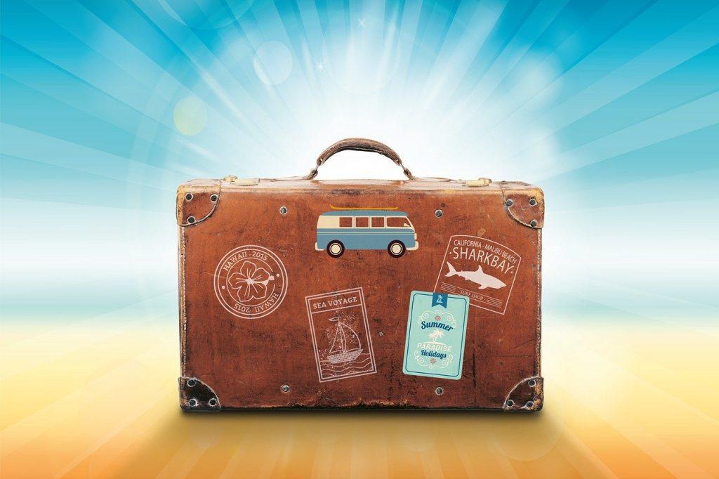 vieille valise avec des stickers collés dessus